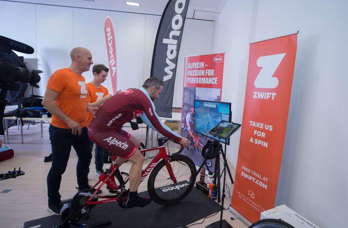 Rennradfahrer beim Rollentraining auf Zwift