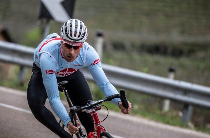 Fahrtechnik: Rennradfahrer auf Abfahrt in den Bergen