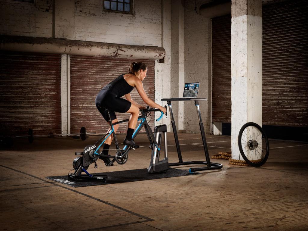 Rennradfahrer beim Training auf der Rolle
